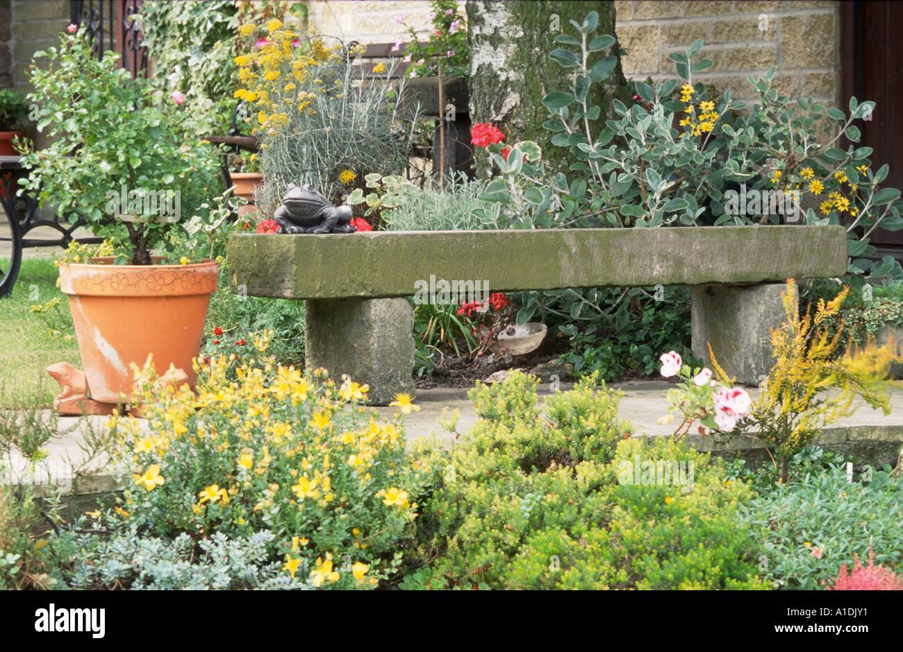 Il Sedile In Pietra Sul Patio Con Giardino Foto Immagine Stock