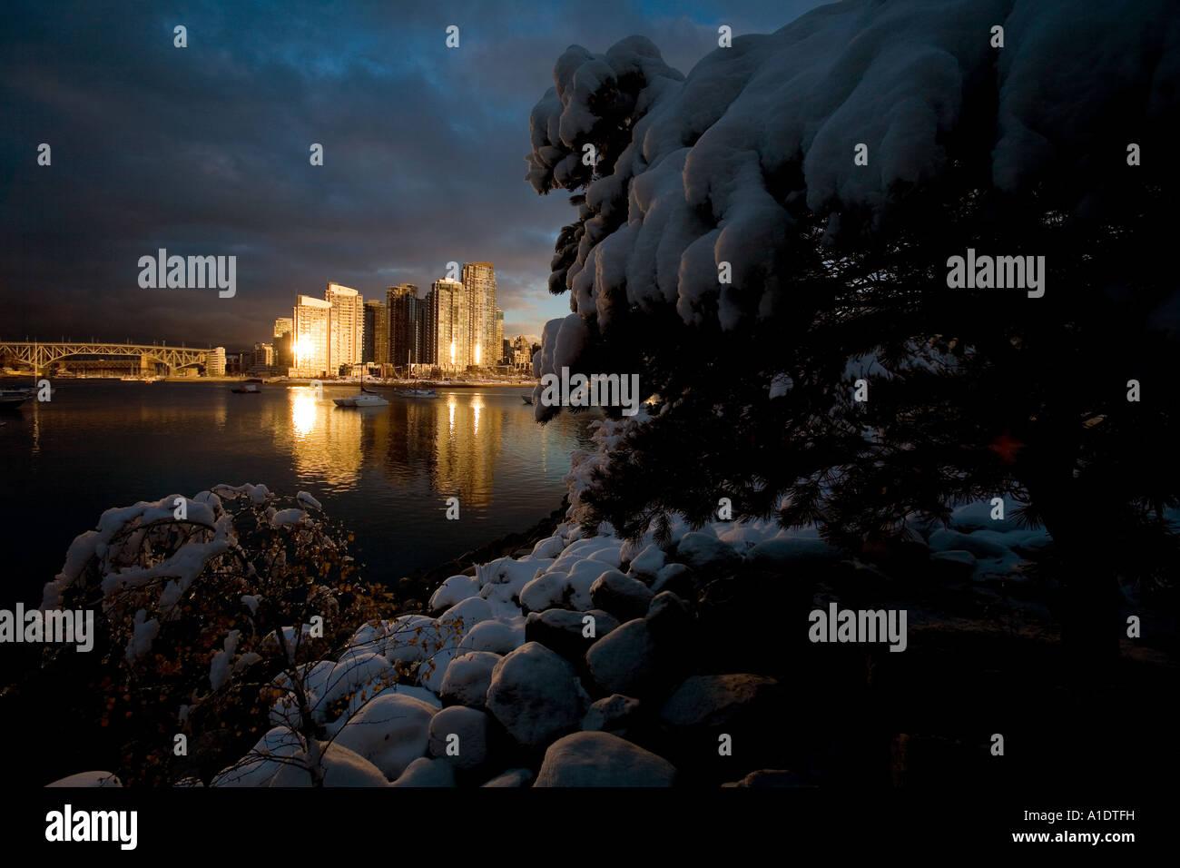 Tramonto su False Creek, Vancouver, British Columbia, Canada dopo giorni di registrare bufera di neve. 28 novembre Immagini Stock