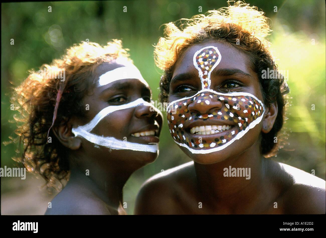 Sorelle aborigeni Tessa e Jane godere di pittura le loro facce con il loro clan motivazioni e totem in remoto in Ramingining ArnhemLand Immagini Stock