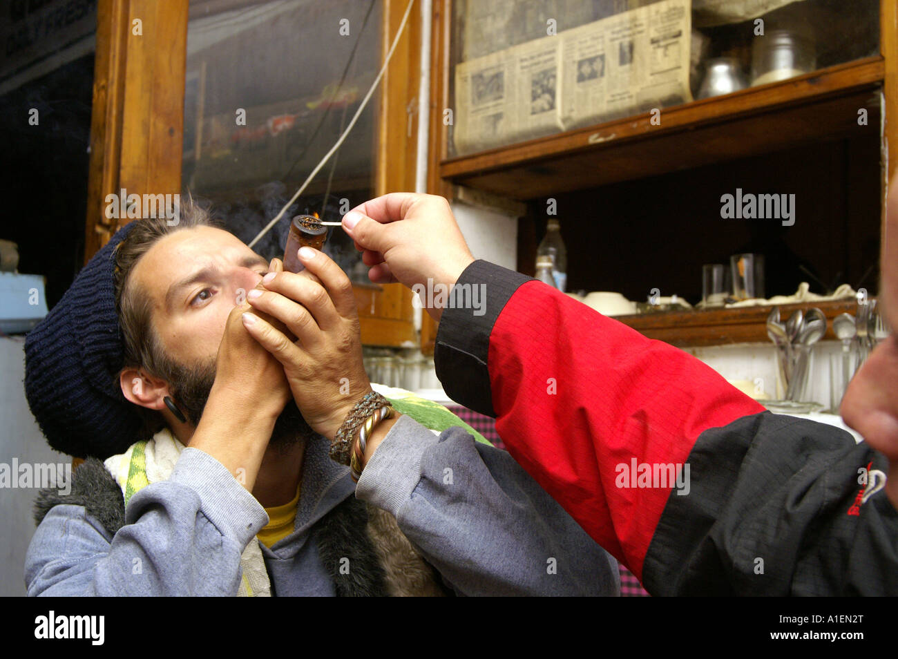 Illuminazione uomo a partire fumatori chilum di argilla con tubo