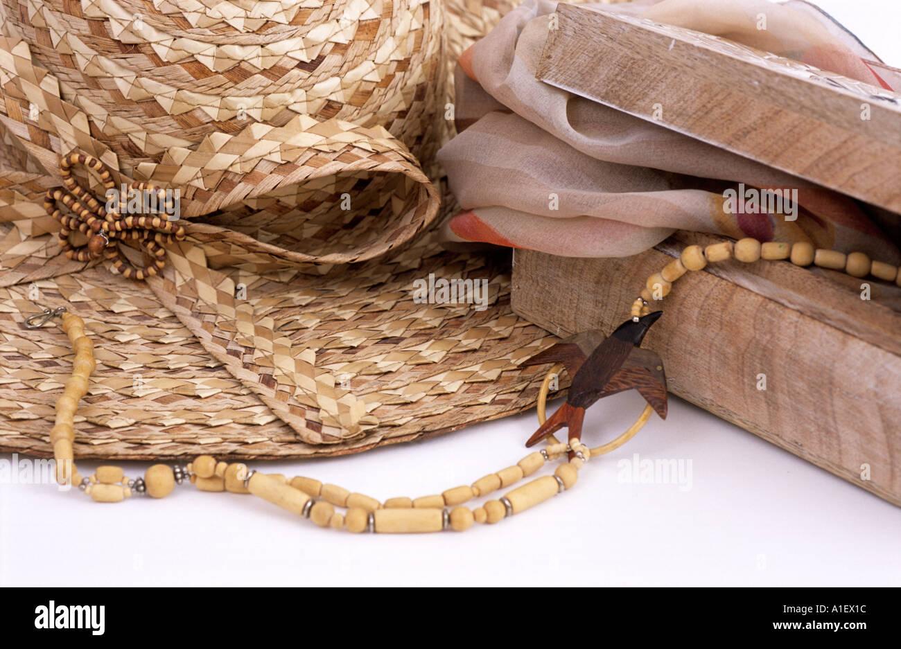 Ancora vita cappello di paglia perline di legno sciarpa accessori e un  gingillo box Immagini Stock f9000e65c15e