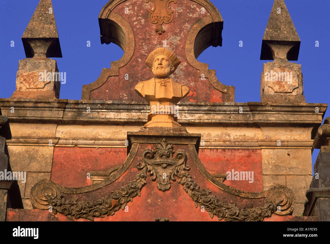 Busto di Vasco da Gama nei giardini del palazzo di Estoi C diciottesimo a C XIX secolo a Estoi Faro in Algarve Portogallo N Westwater Immagini Stock