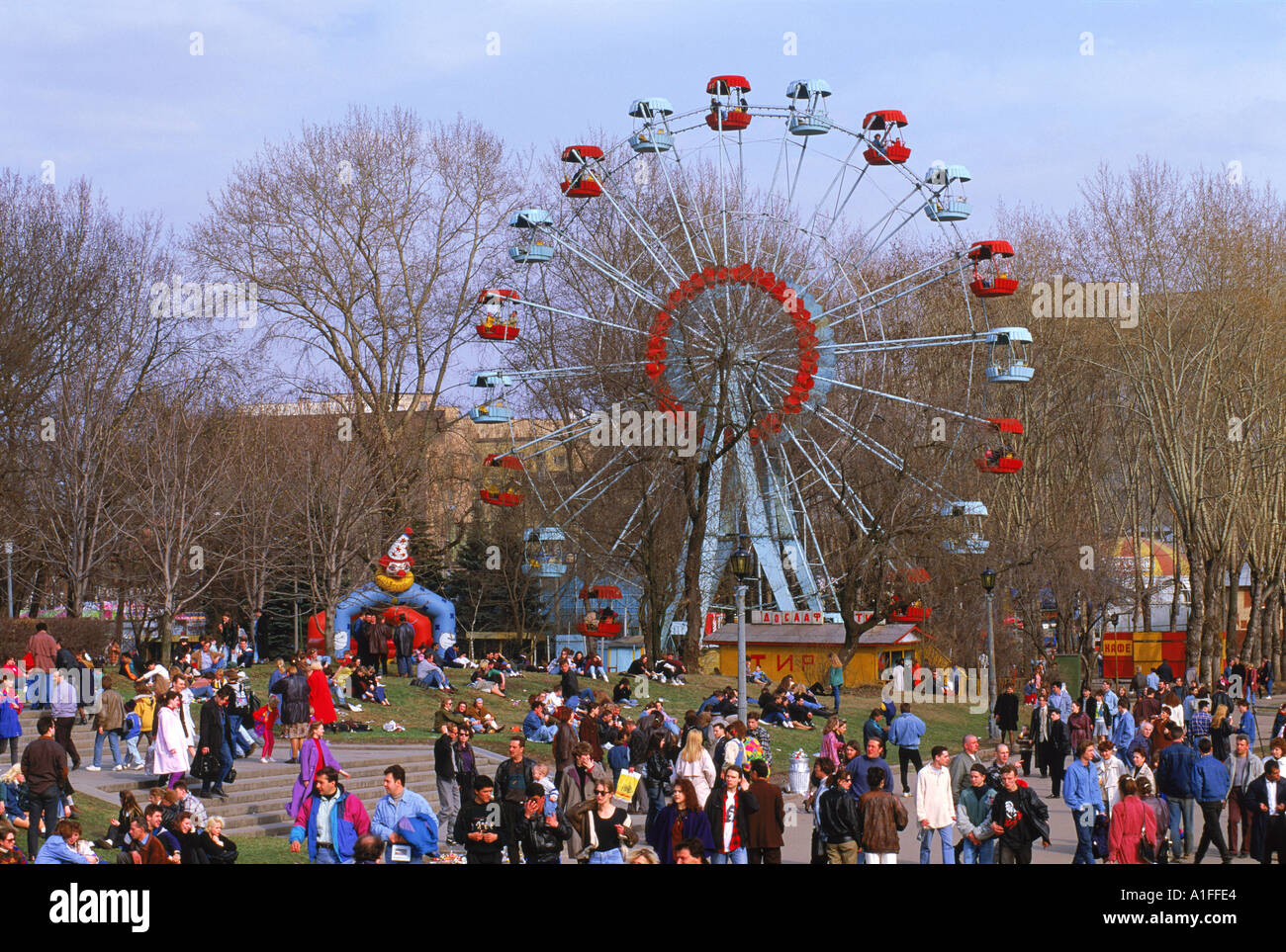 La folla in un luna park con una grande ruota durante la Giornata della Terra Festival di Gorky Park di Mosca Russia G Hellier Immagini Stock