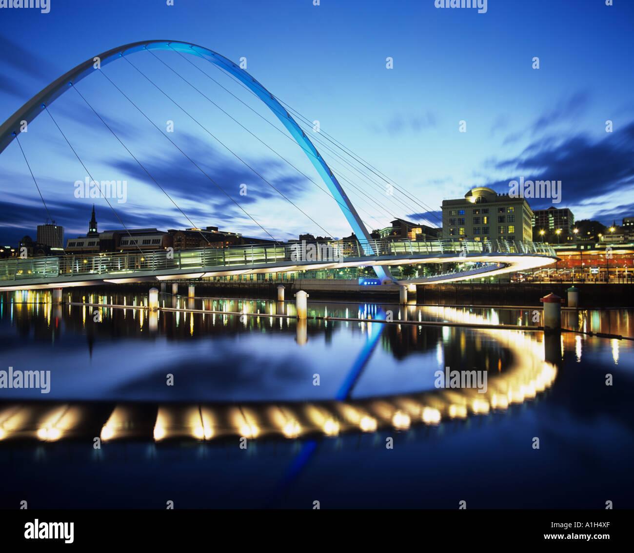 Il Millennium o lampeggiante occhio ponte sul fiume Tyne da Gateshead - Tyne & Wear, Inghilterra, mostrato durante Foto Stock