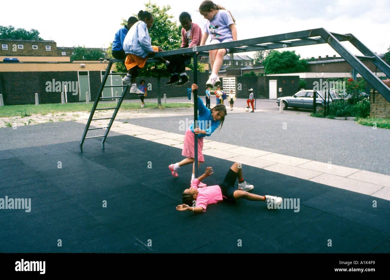 Giovani bambini che giocano sul telaio di arrampicata nel parco