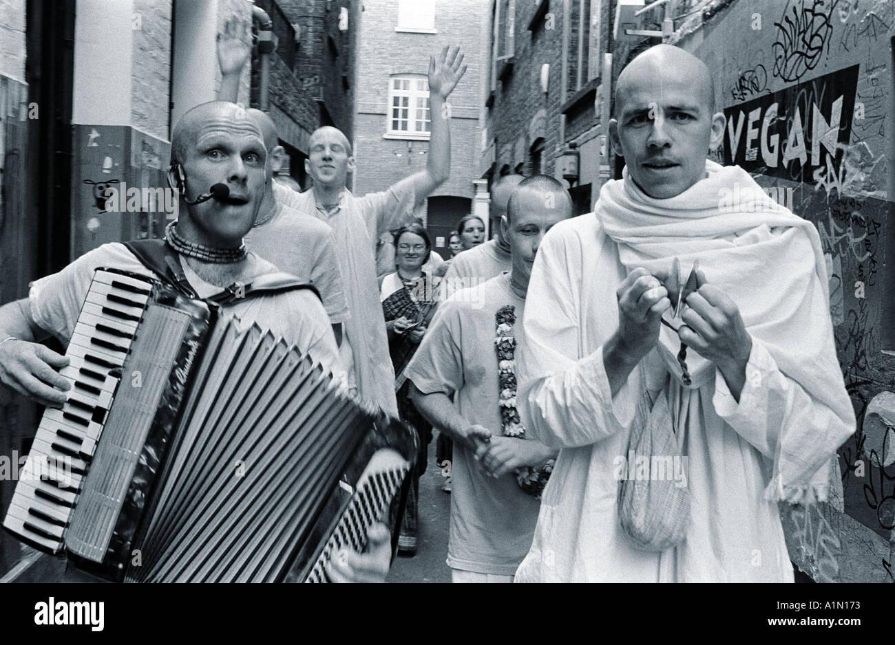 Hare Krishna devoti sfilano per le vie di londra Foto Stock