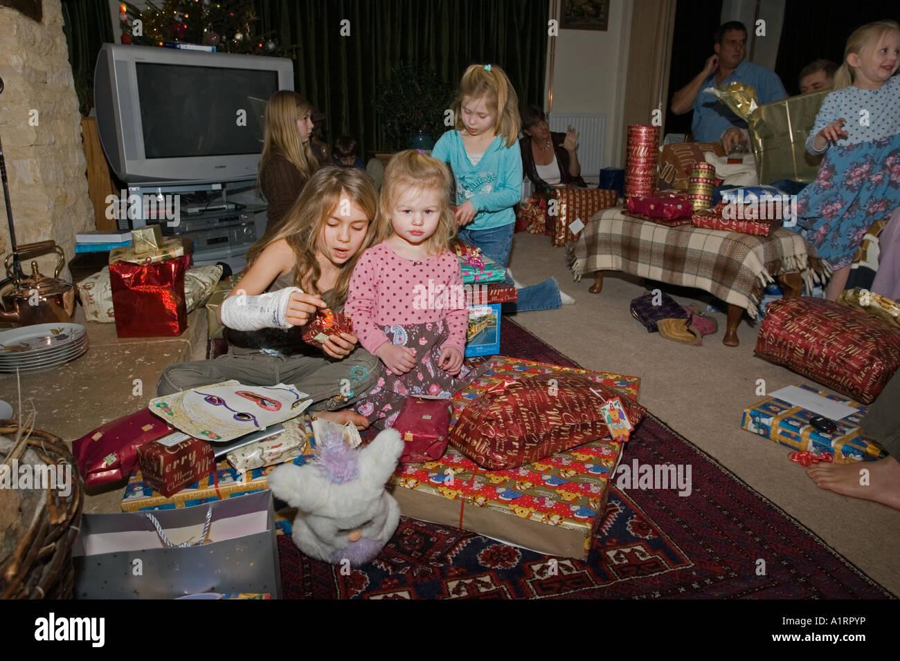 Nipoti apertura presenta il giorno di Natale Costwolds REGNO UNITO Immagini Stock