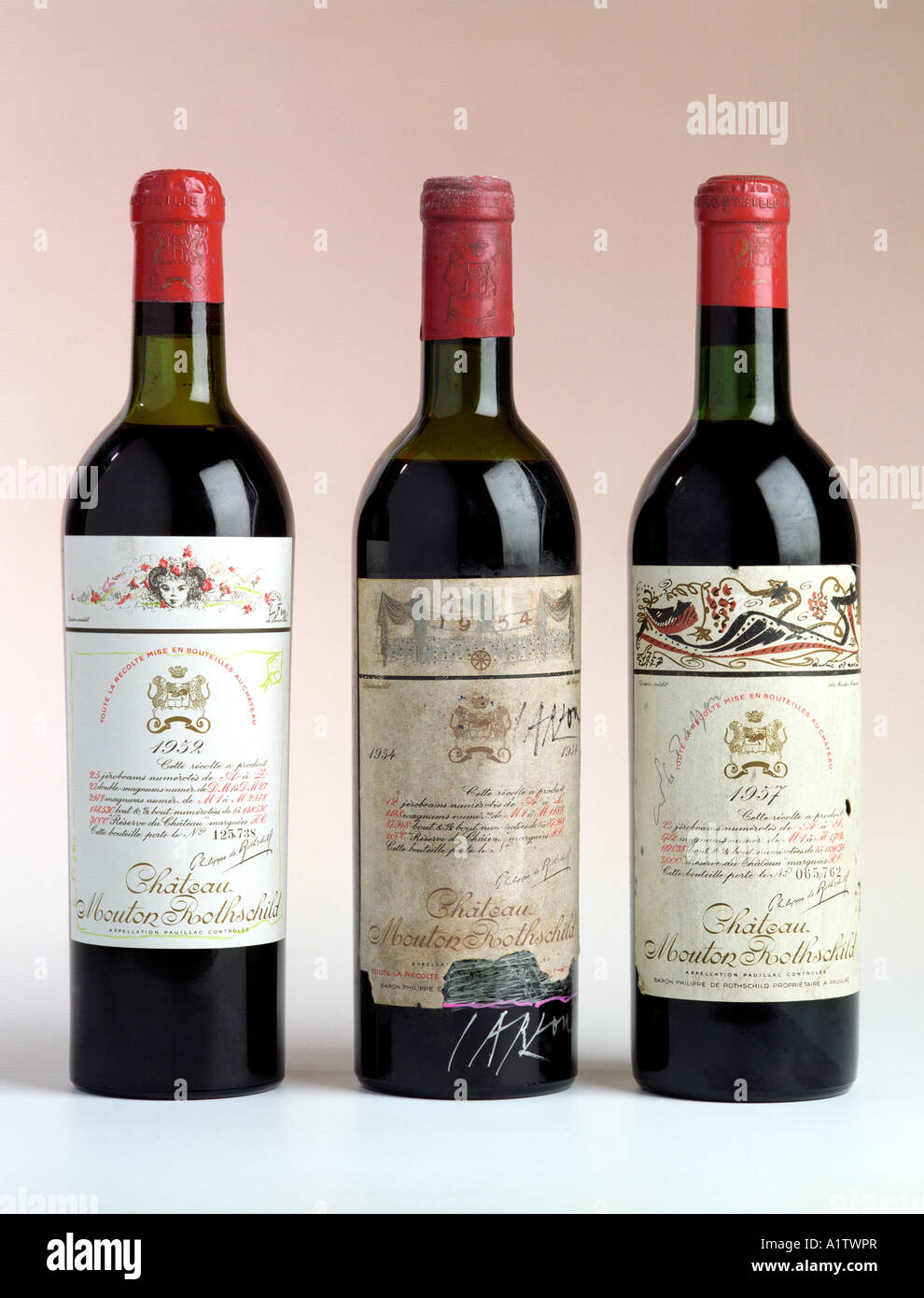 Rare bottiglie di Chateau Mouton Rothschild vini con etichette e bottiglie dipinte da alcuni tra i più grandi Immagini Stock