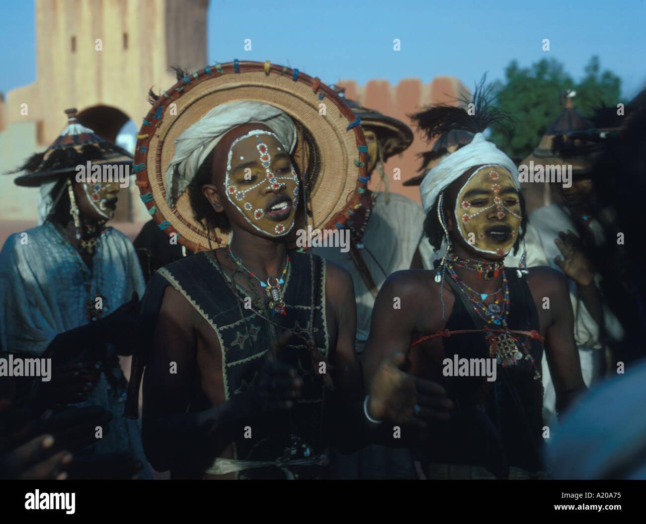 Wodaabe uomini adornata con make up gioielli dancing di attirare giovani donne Niger Fulani Africa Felingue village Immagini Stock