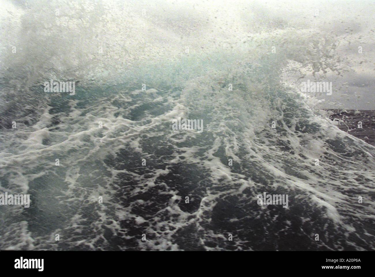 Onde sul mare del Giappone come visto da un oblò di navi Immagini Stock