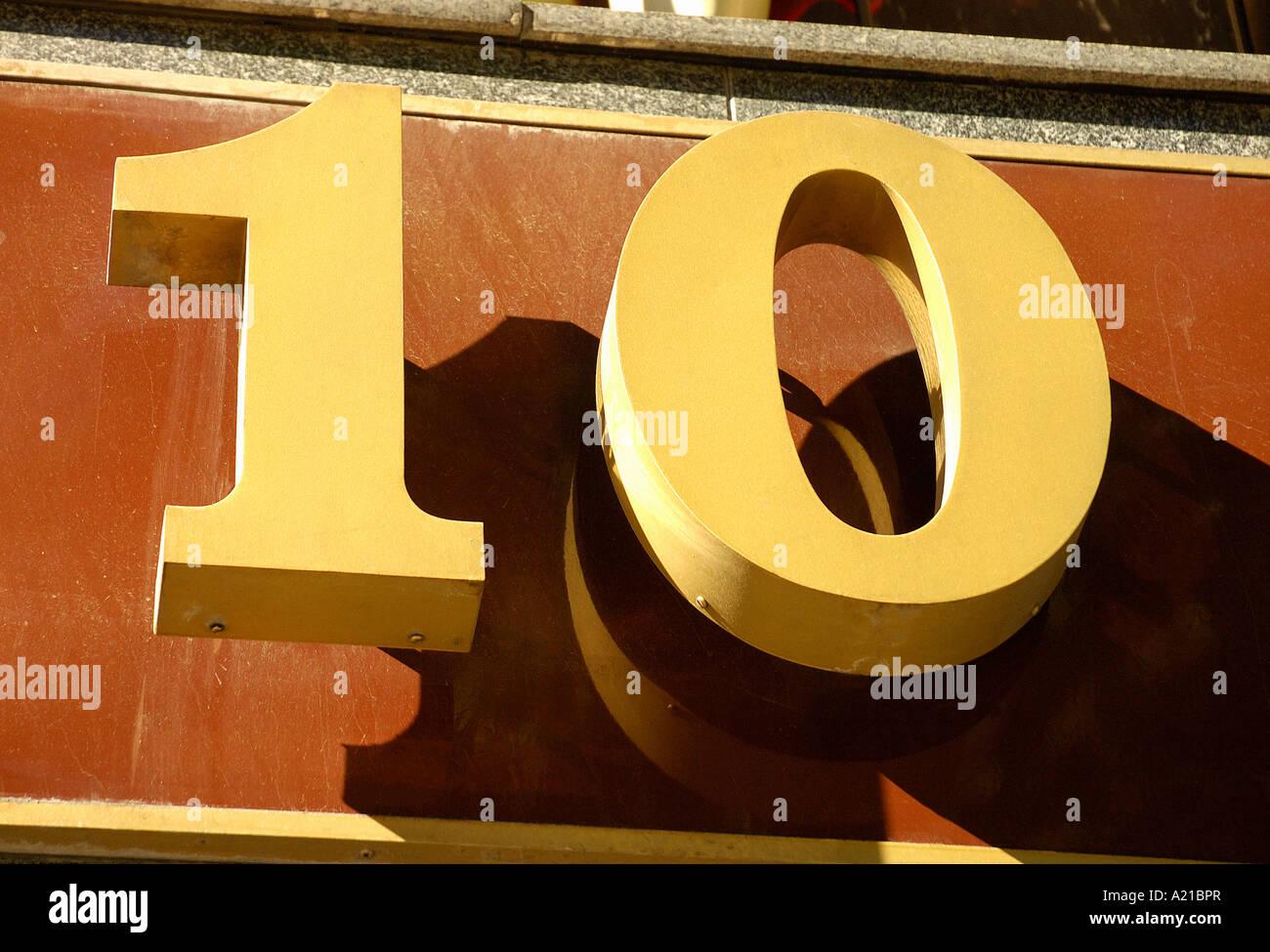 Numero della porta 10 su sfondo a parete Immagini Stock