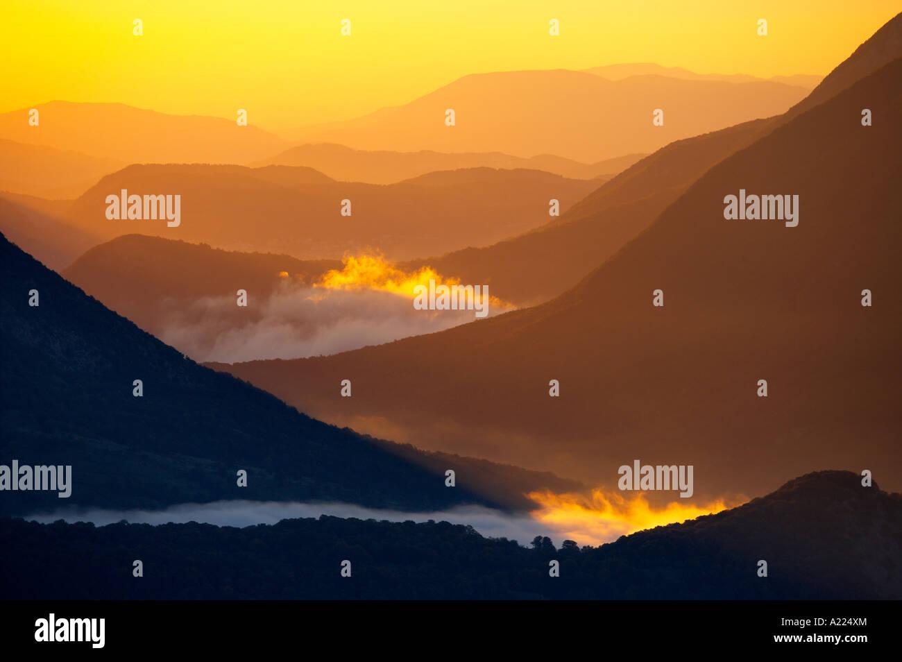 La nebbia del moto vorticoso, Parco Nazionale d'Abruzzo Abruzzo Italia NR Foto Stock
