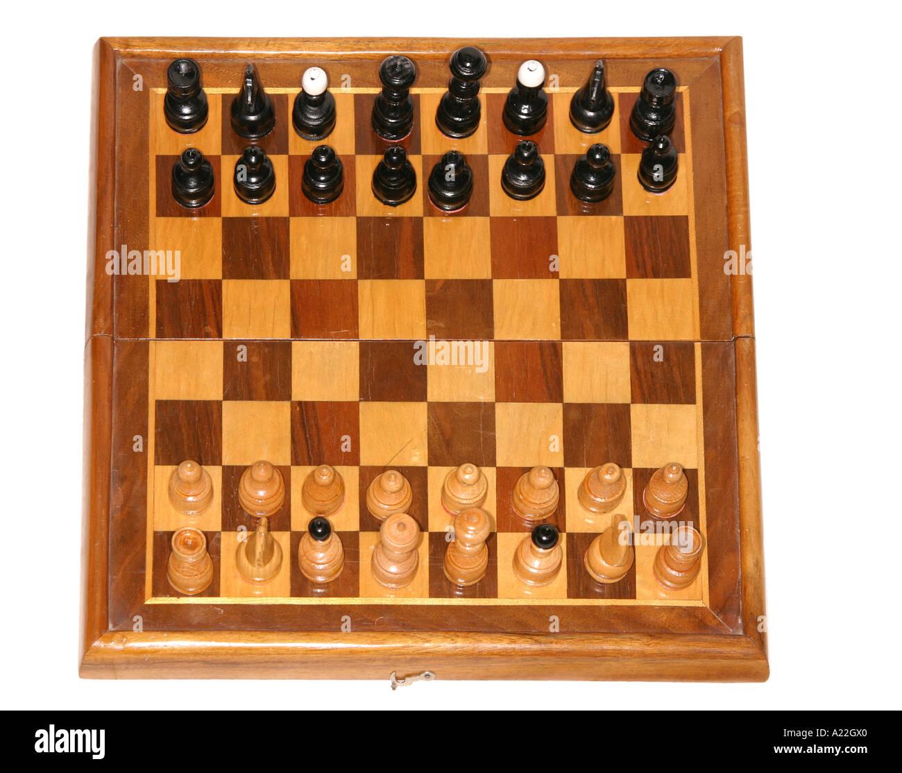 Vecchia scacchiera in legno con tutti i pezzi di cui sopra Immagini Stock