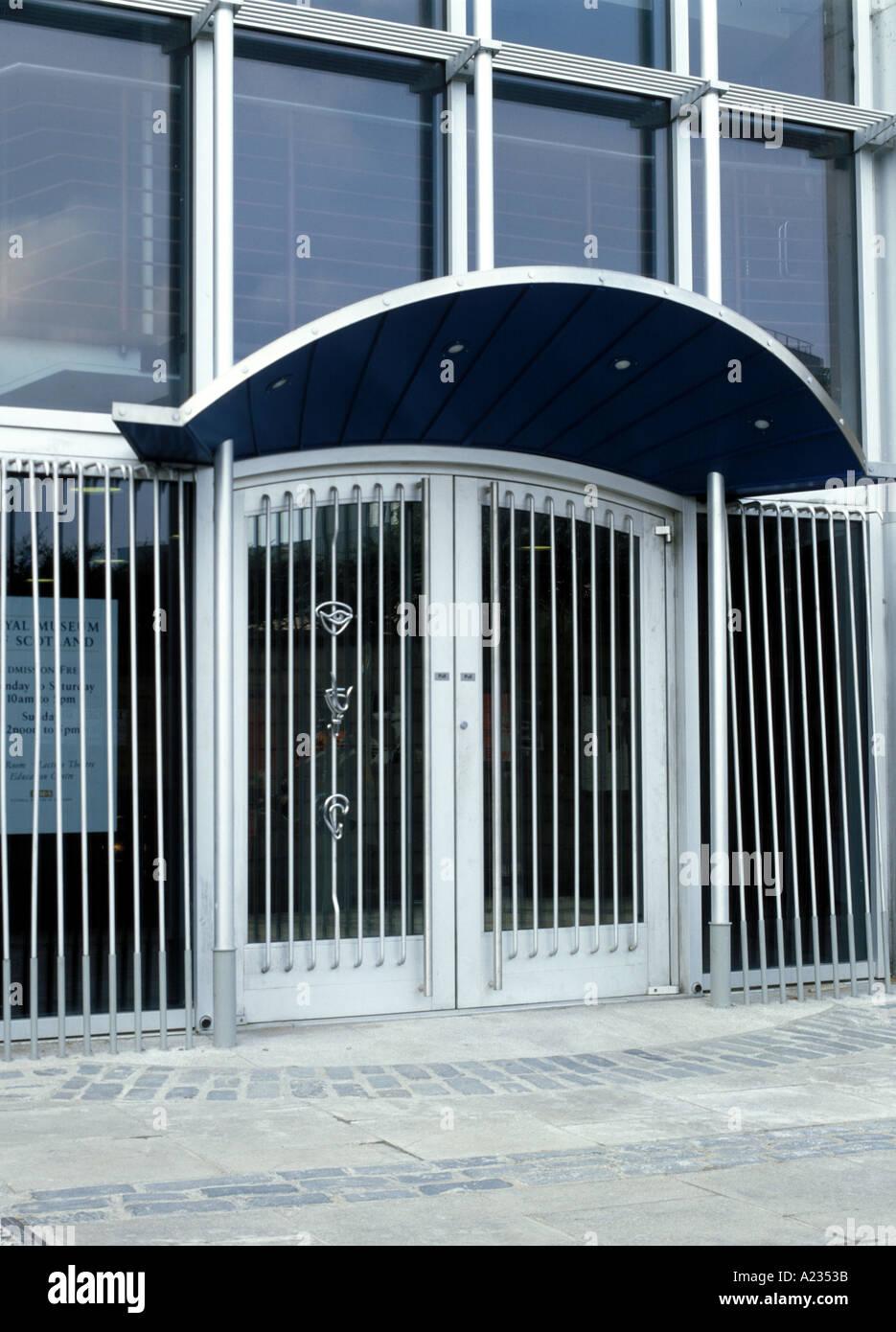 Porte in alluminio che mostra un ampio uso di alluminio Immagini Stock