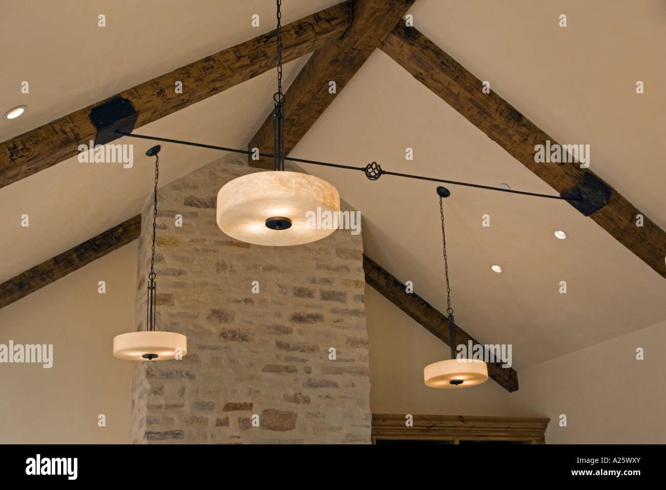 Un ferro battuto tenditore e il soffitto con travi scoperte con