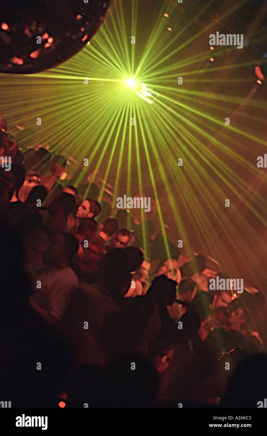 La gente in una discoteca. Immagini Stock