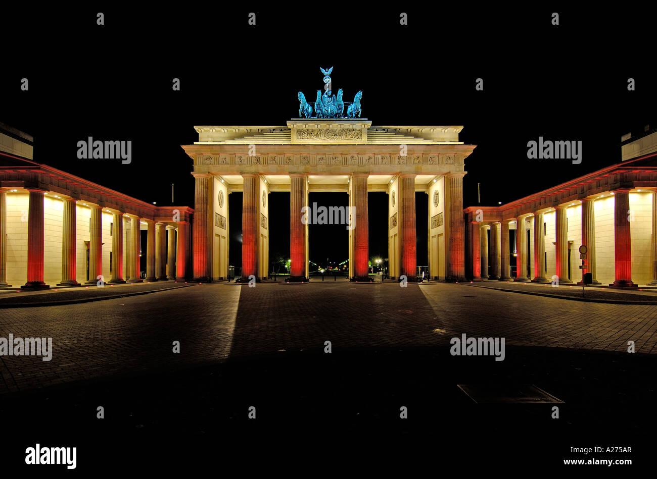 La porta di Brandeburgo di notte, Berlino, Germania Foto Stock