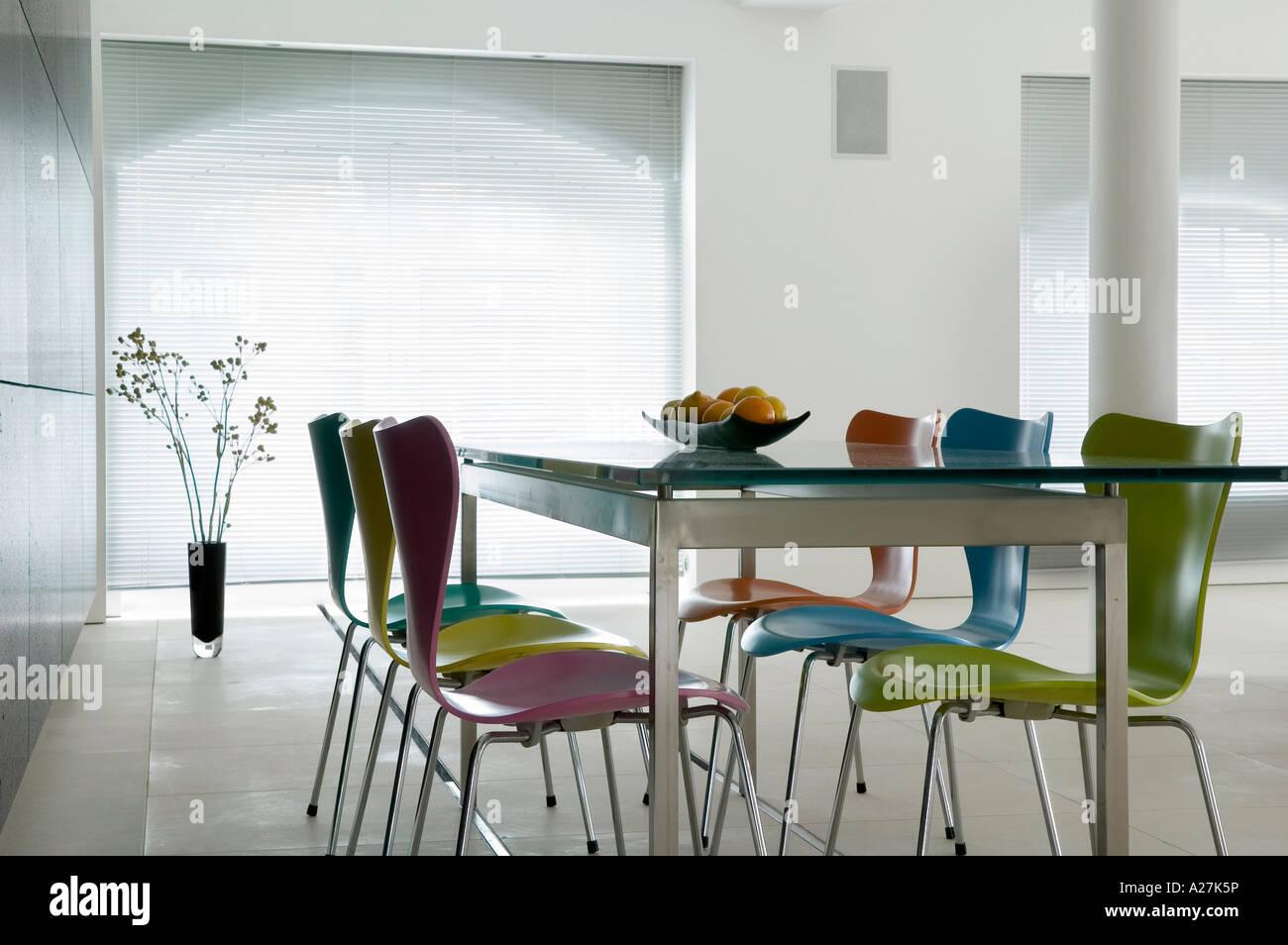 Tavolo Con Ripiano In Vetro.Ripiano In Vetro Tavolo Con Farfalla Colorata Sedie In Stile