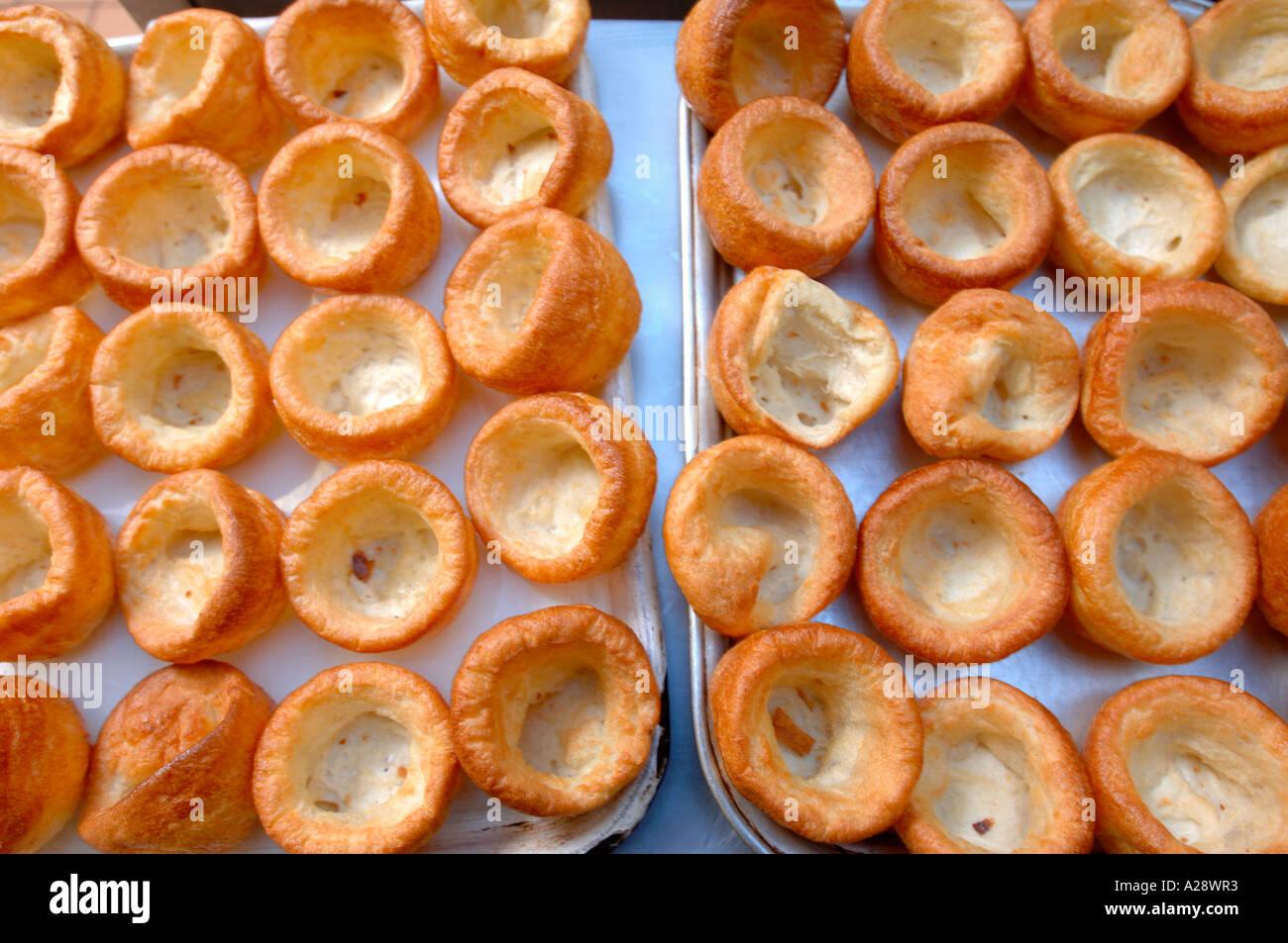 Singoli Yorkshire pudding su un vassoio da forno per la nuova scuola di sano cene REGNO UNITO Immagini Stock