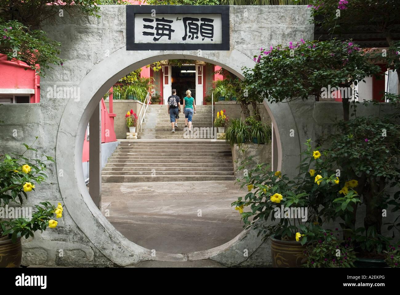 Dh il Monastero Po Lin LANTAU HONG KONG giovane salire a piedi a passi di feng shui cerchia tonda porta fortuna Immagini Stock
