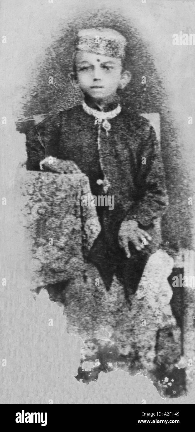 Giovani Mahatma Gandhi all età di sette seduti in un ritratto in studio con cappuccio giacca 1876 Questo è il più antico fotografia di Gandhi Immagini Stock