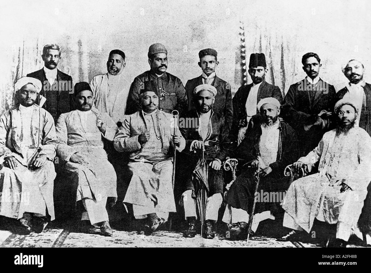 Il Mahatma Gandhi con i fondatori di Natal Indian Congress Durban Sud Africa 1894 Immagini Stock
