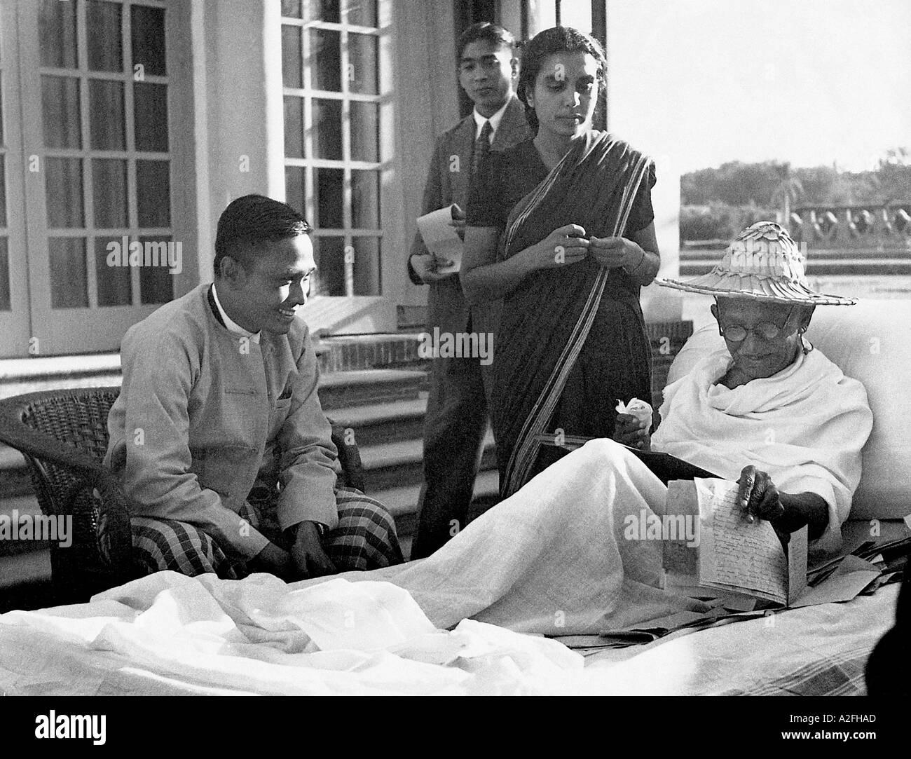 MKG33586 il Mahatma Gandhi con il primo ministro della Birmania a Birla House New Delhi India Dicembre 1947 Immagini Stock