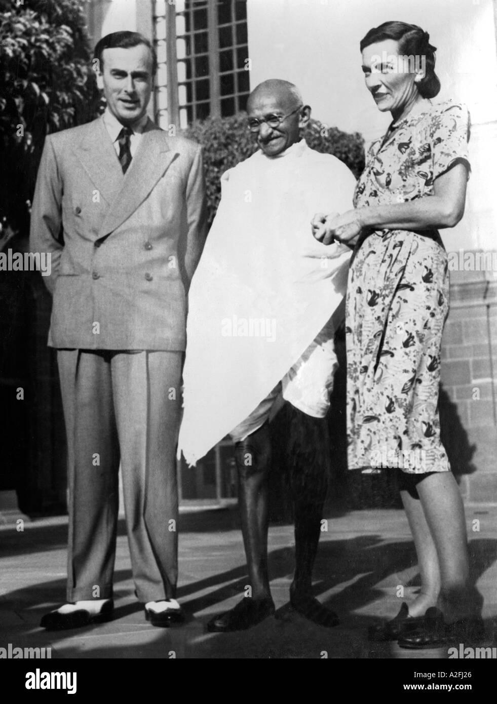 Il Mahatma Gandhi nel suo primo incontro con il Viceré britannico Lord Mountbatten e sua moglie New Delhi India 31 marzo 1947 Immagini Stock