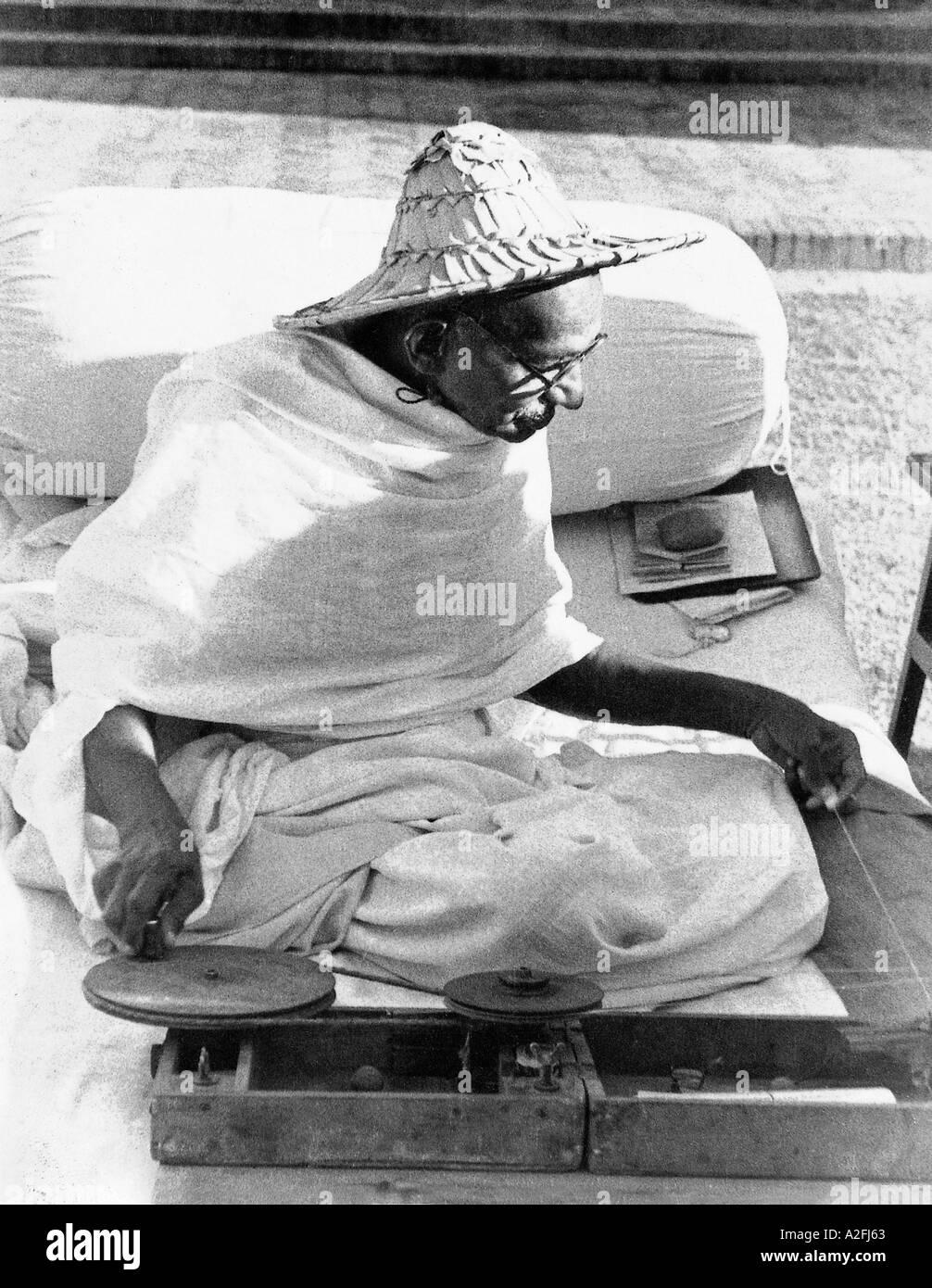 Il Mahatma Gandhi indossando un cappello Noakhali la filatura a Birla House New Delhi India Novembre 1947 - mkg 33575 Immagini Stock