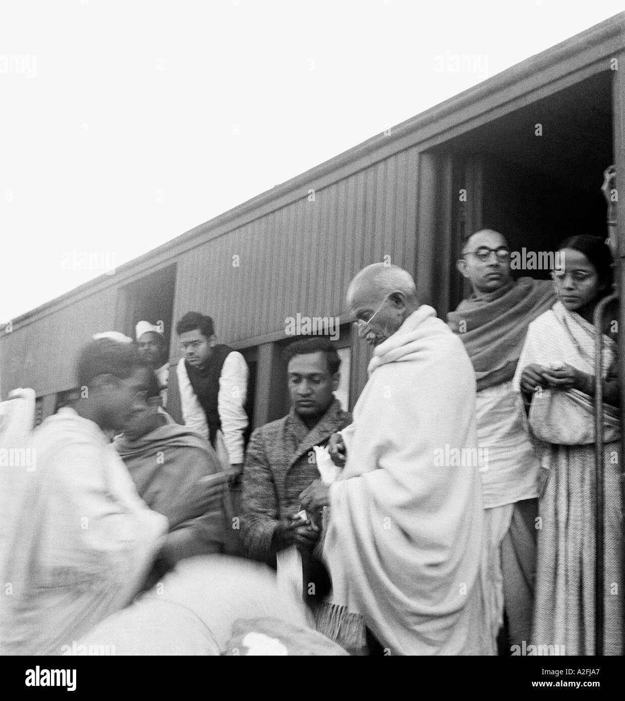 Il Mahatma Gandhi raccolta fondi per intoccabili in corrispondenza di una stazione ferroviaria per il suo modo di Assam India Immagini Stock