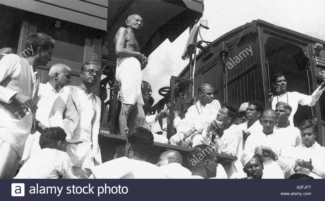 MKG33517 Mahatma Gandhi e permanente parlando di premere reporter Immagini Stock