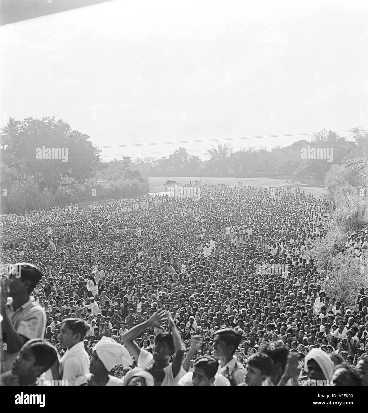 MKG33519 La folla è desideroso di ottenere un assaggio del Mahatma Gandhi a Chennai Tamil Nadu India 1946 Immagini Stock