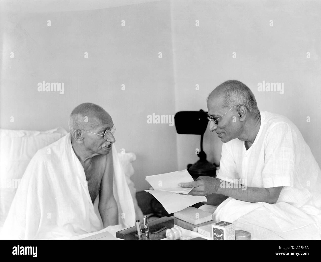 MKG33461 Mahatma Gandhi parlando di co lavoratore Chakraborty Rajagopalachari Mumbai Bombay Maharashtra India Settembre 1944 Immagini Stock