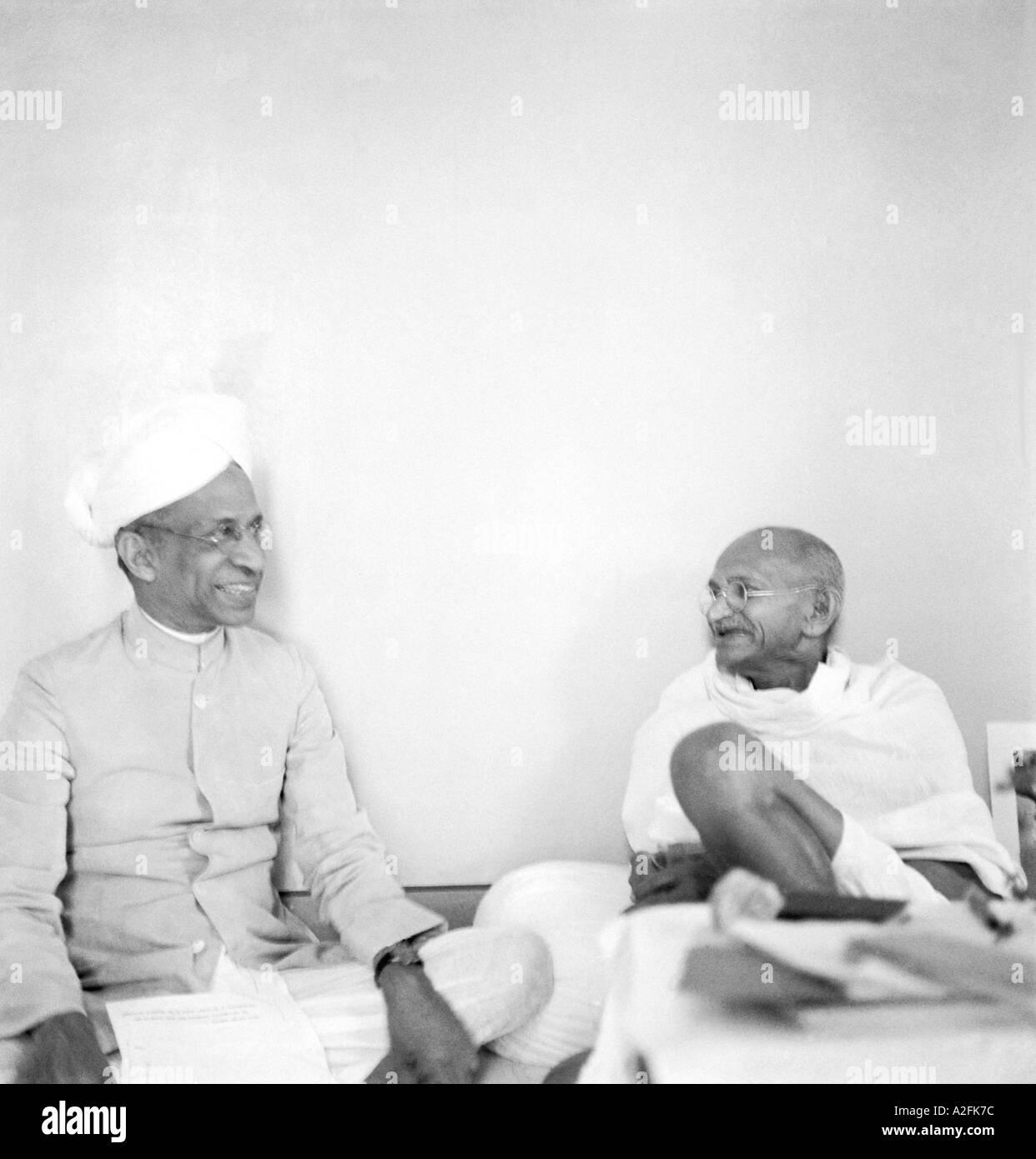 Il Mahatma Gandhi con Sarvepalli Radhakrishnan a Mumbai Bombay Maharashtra India Settembre 1944 Immagini Stock