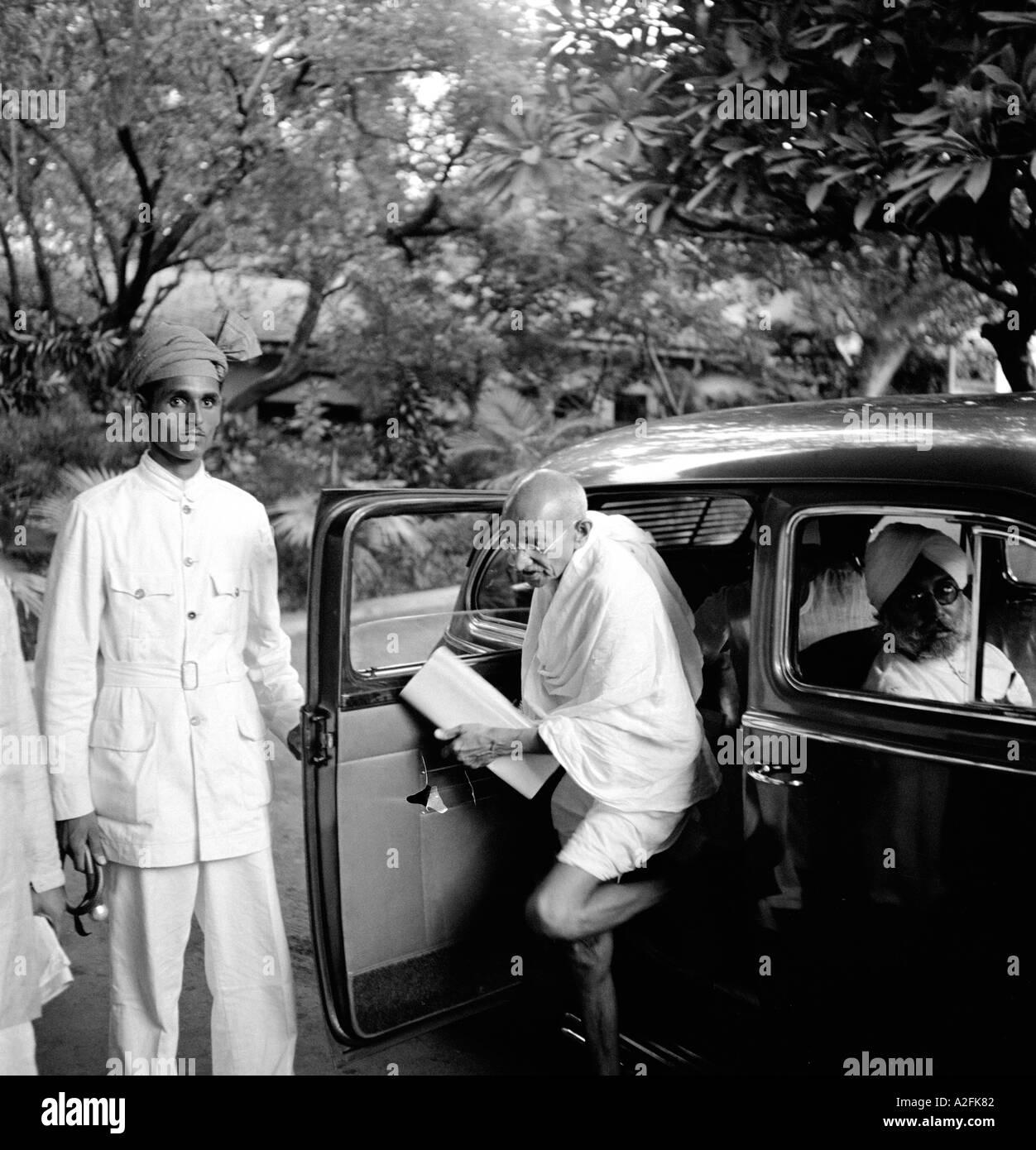 Vecchio vintage anni quaranta foto Mahatma Gandhi arrivare al di fuori di un auto - mkg 33465 Immagini Stock