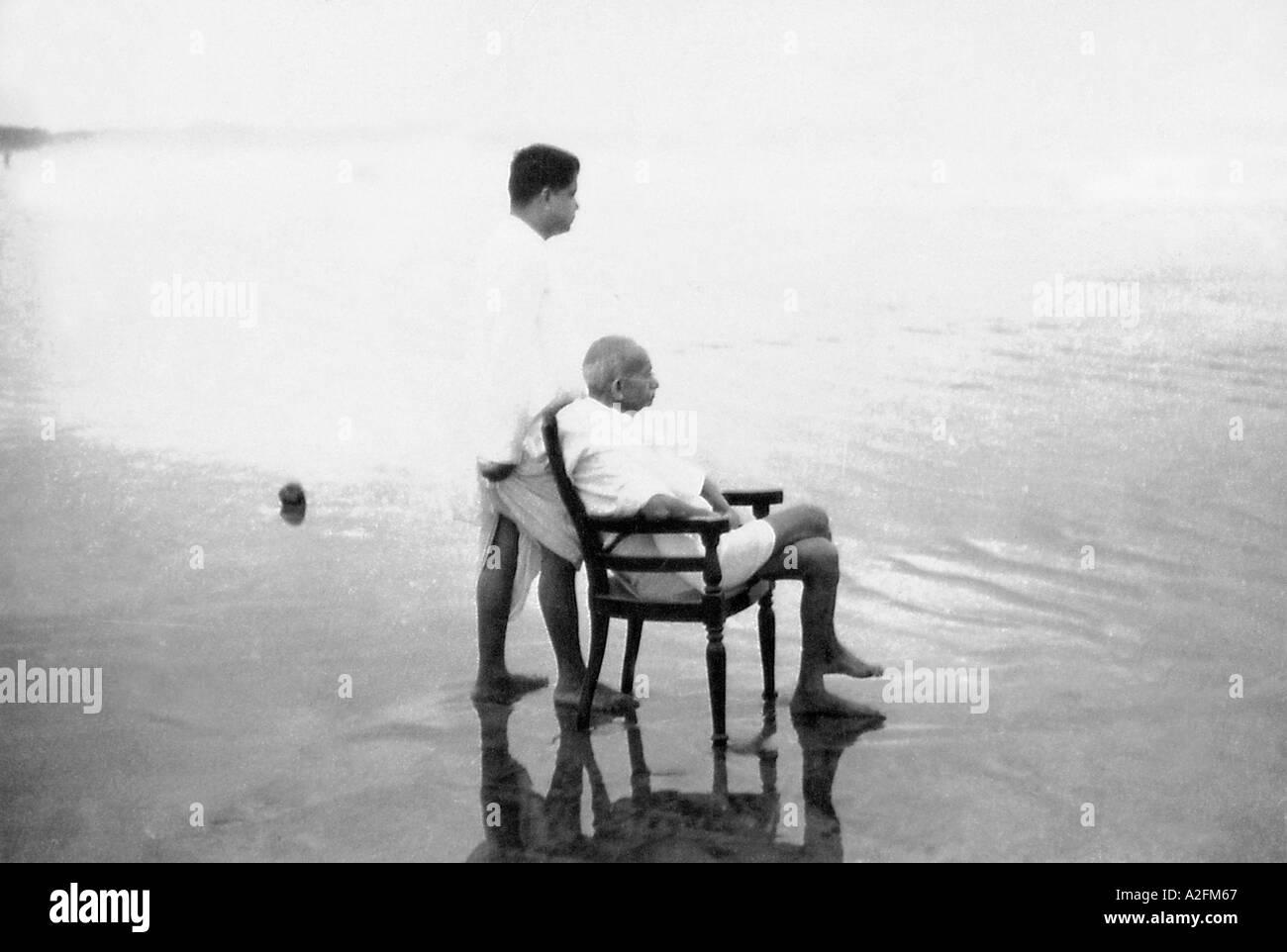 MKG33423 il Mahatma Gandhi con il suo figlio Devdas alla spiaggia Juhu Mumbai Bombay Maharashtra India Maggio 1944 Immagini Stock