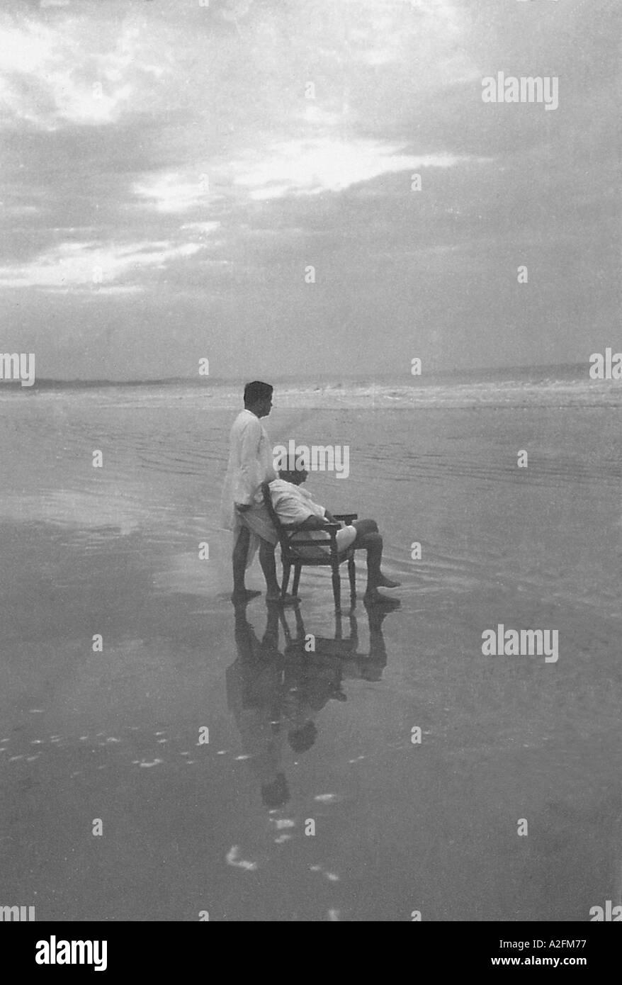 Il Mahatma Gandhi con il suo figlio Devdas alla spiaggia di Juhu Mumbai Bombay Maharashtra India Maggio 1944 Immagini Stock