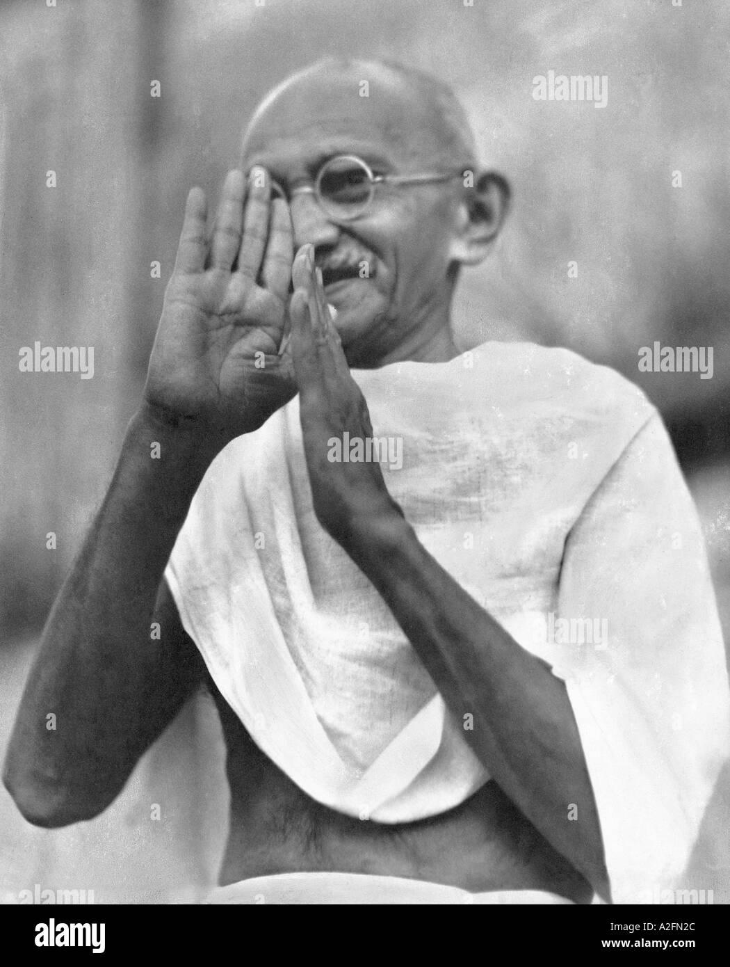 Il Mahatma Gandhi durante la preghiera a Mumbai Bombay Maharashtra India Settembre 1944 Immagini Stock