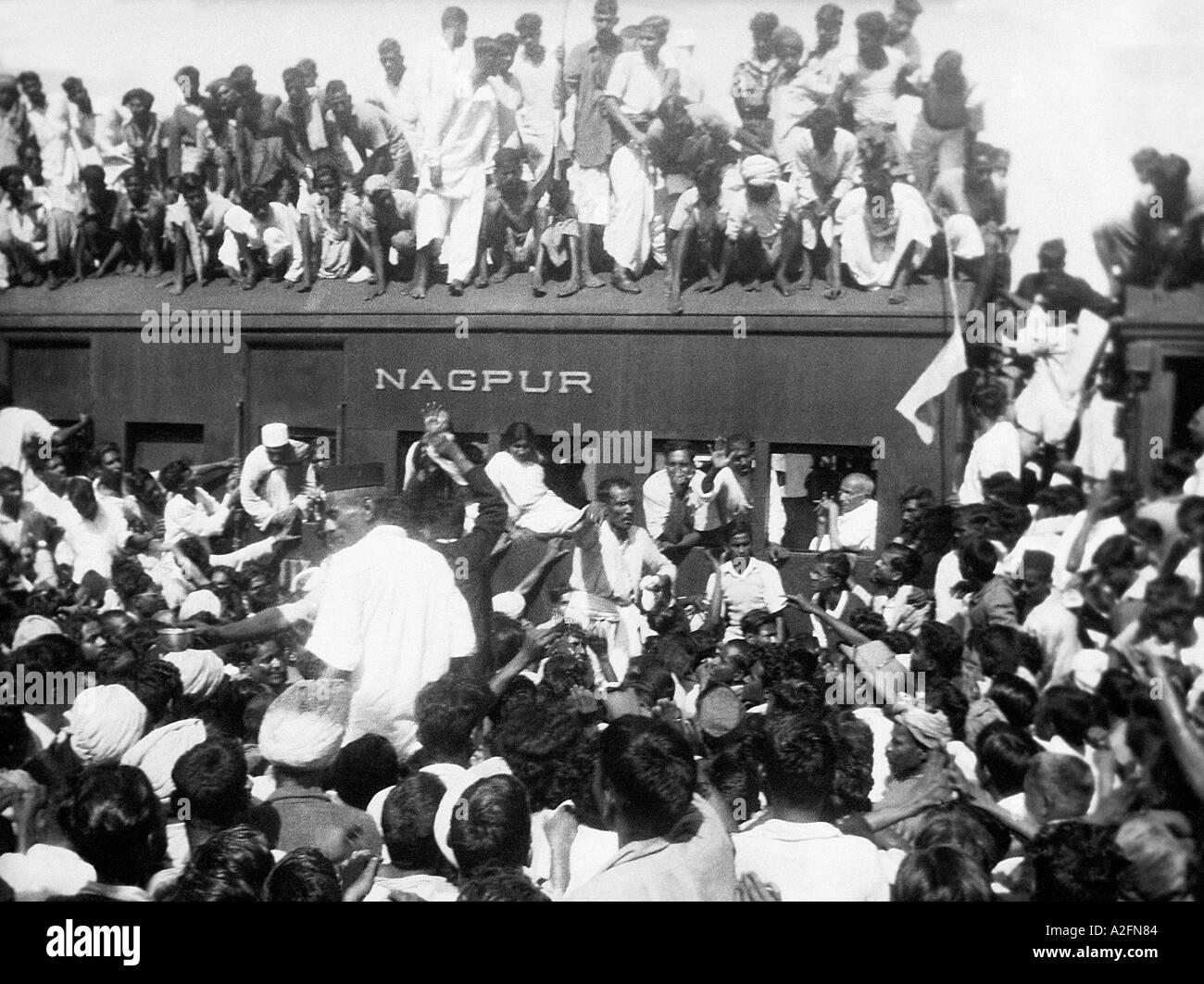 Il Mahatma Gandhi in un affollato treno stazione sul suo modo di Calcutta West Bengal India - Ottobre 1937 - MKG 33403 Immagini Stock