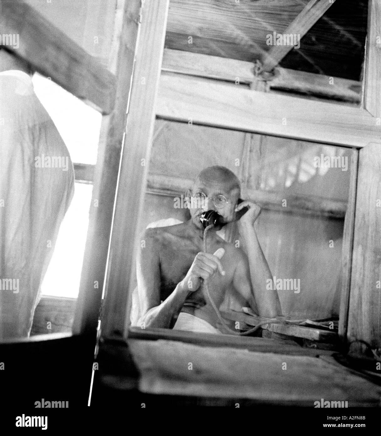 MKG33405 Mahatma Gandhi telefonando da ufficio capanna a Sevagram Ashram Vardha Wardha Maharashtra India 1938 Immagini Stock