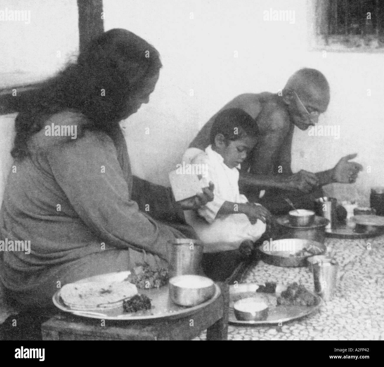 Swami Paramhansa Yogananda mangiare da un thali e lettura di una nota che il Mahatma Gandhi ha scritto Sewagram ashram in India - mkg 33396 Immagini Stock