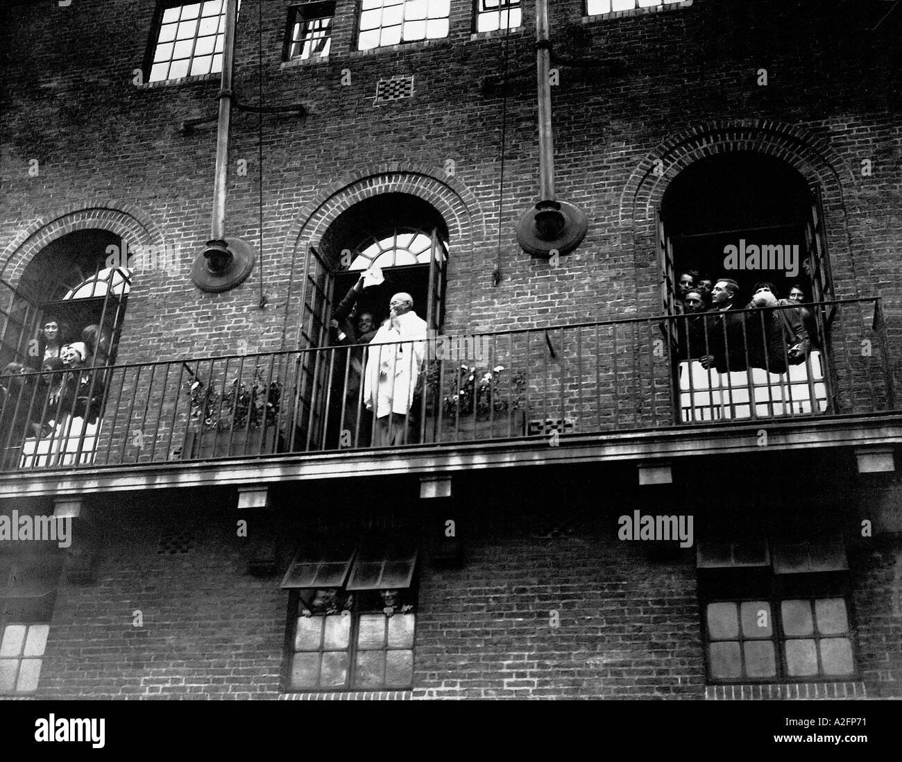 Il Mahatma Gandhi Saluto dal balcone della sua residenza a Kingsley Hall Londra Inghilterra Settembre 1931 Immagini Stock