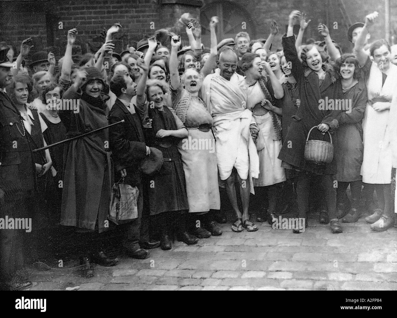 Il Mahatma Gandhi con operai della tessile a Darwin Lancashire England Regno Unito 26 Settembre 1931 Immagini Stock