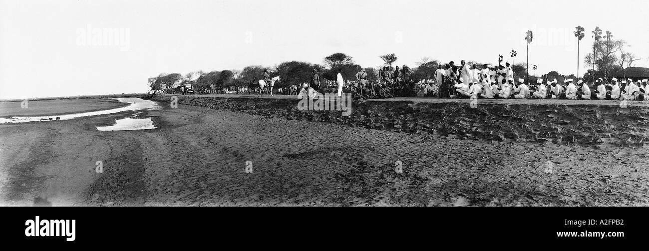 La massa di raid di un deposito di sale in Gujarat, India - 21 Maggio 1930 - mkg 33303 Immagini Stock
