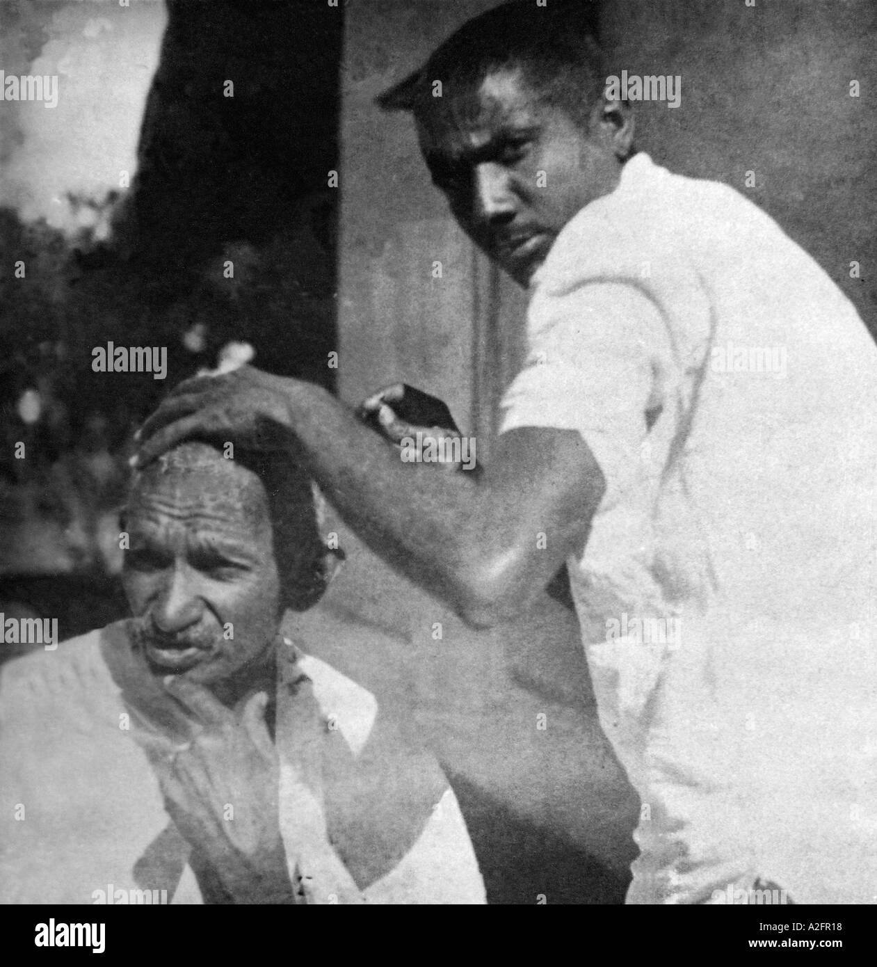Il Mahatma Gandhi getting capo rasato durante il sale marzo India Marzo 1930 Immagini Stock