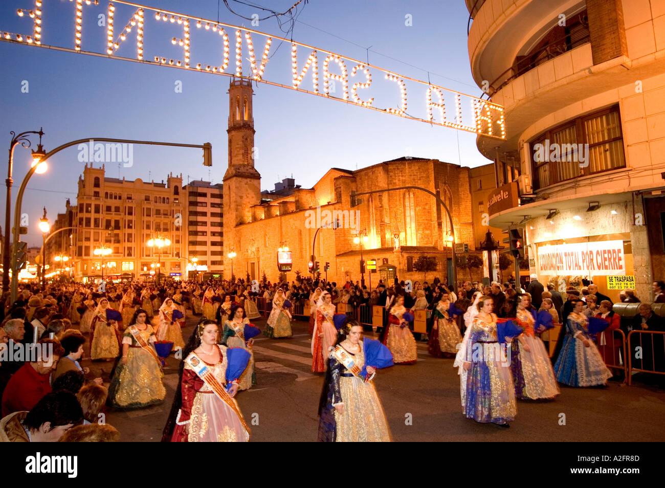 Le donne e i bambini a Las Fallas FIESTA PROCESSIONE IN VALENCIA. Spagna Immagini Stock