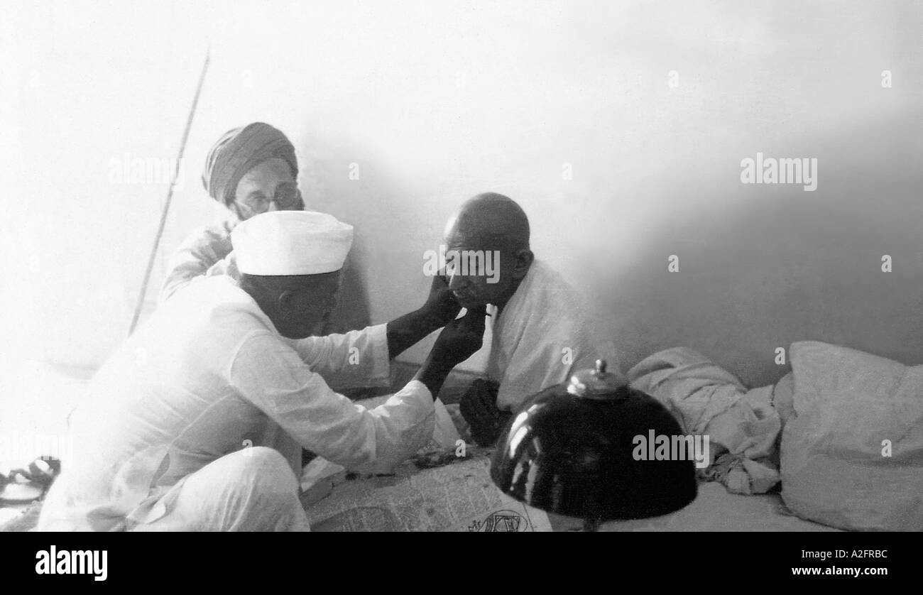 MKG33219 Mahatma Gandhi getting rasato dal barbiere Munnilal Allahabad Uttar Pradesh India 23 Novembre 1939 Immagini Stock