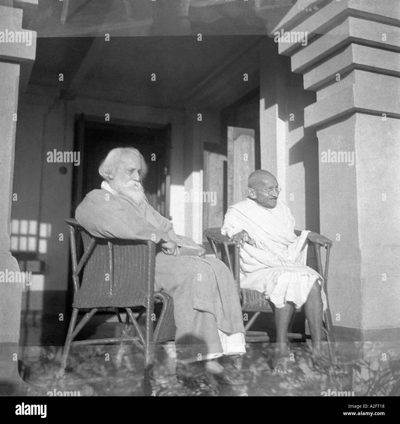 Il Mahatma Gandhi seduti su una sedia con il poeta Rabindranth Tagore a Santi Shanti niketan Kolkotta West Bengal India Febbraio 1940 Immagini Stock