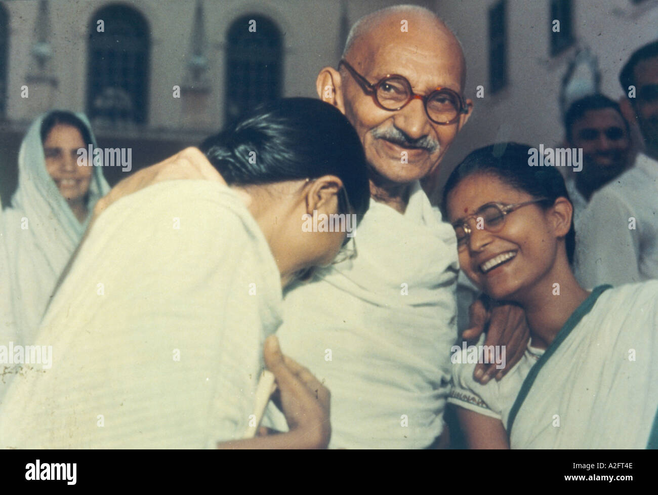 Il Mahatma Gandhi con la nipote Manu sinistra e Abha Gandhi diritto moglie del grande nipote Kanu Gandhi in Delhi India 1948 Immagini Stock