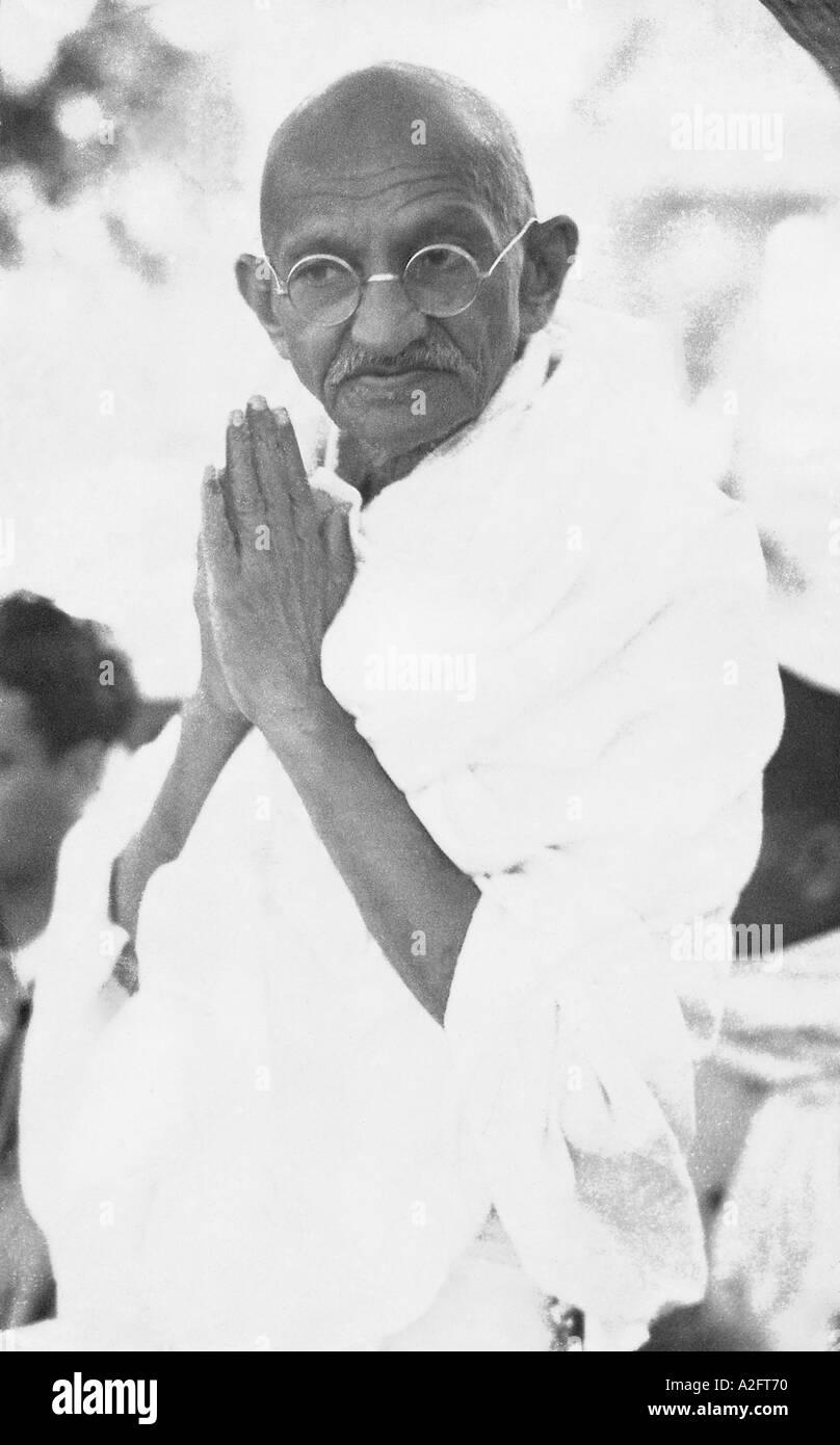 Il Mahatma Gandhi saluto la folla di stile Tradizionale Indiano mani piegate namaste a Delhi India Marzo 1939 Immagini Stock
